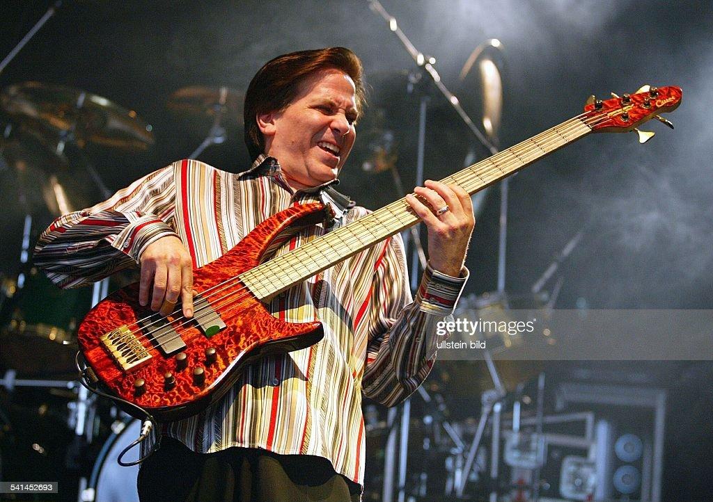 Rockgruppe; USABassist Mike Porcaro bei einem Konzert auf der Bonner Museumsmeile