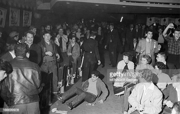 Rock'N Roll At The Olympia 1958 Paris 16 Octobre 1958 des fans de rock'n roll et des policiers lors d'un concert dans la salle de l' Olympia Un homme...
