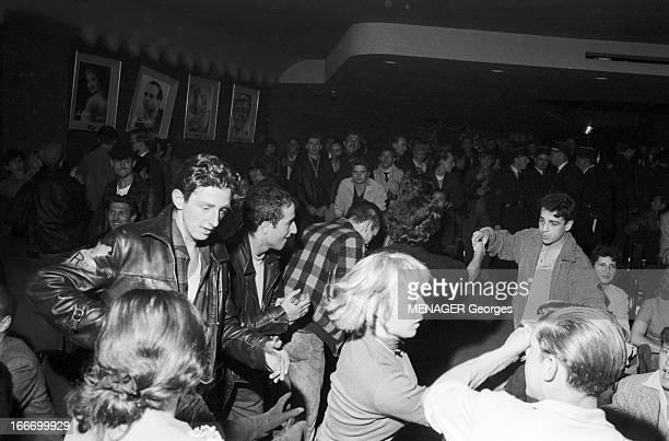 Rock'N Roll At The Olympia 1958 Paris 16 Octobre 1958 des fans de rock'n roll et des policiers lors d'un concert dans la salle de l' OlympiaDes...