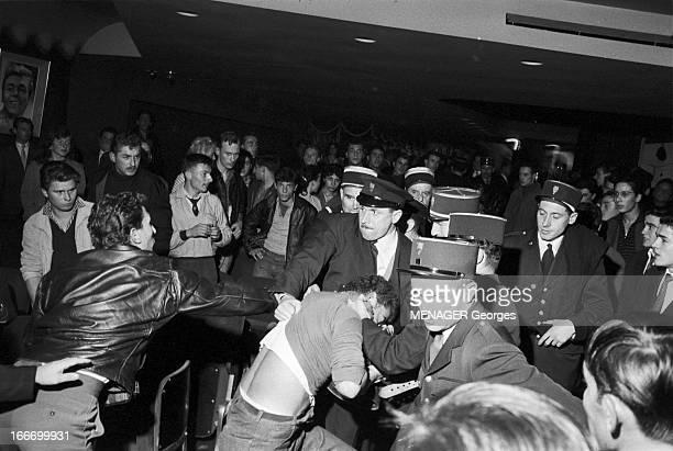 Rock'N Roll At The Olympia 1958 Paris 16 Octobre 1958 des fans de rock'n roll et des policiers lors d'un concert dans la salle de l' Olympia...