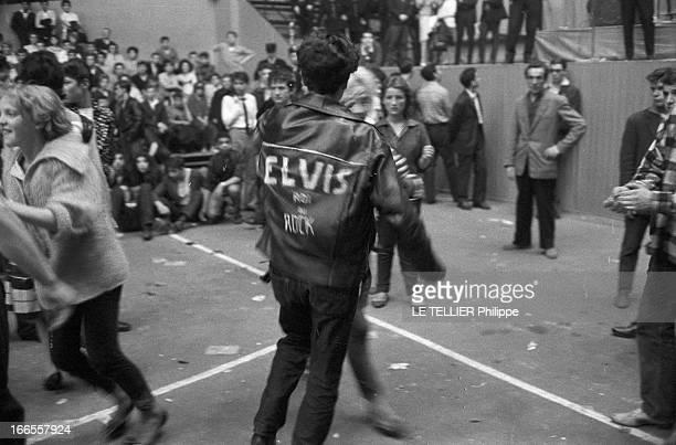 Rock'N Roll' At The Palais Des Sports A Paris lors d'un concert de Rock'n roll au Palais des sports parmi le public un fan portant un blouson avec le...