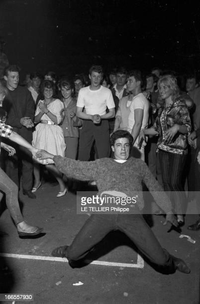 Rock'N Roll' At The Palais Des Sports A Paris lors d'un concert de Rock'n roll au Palais des sports dans la foule des fans un jeune homme dansant le...