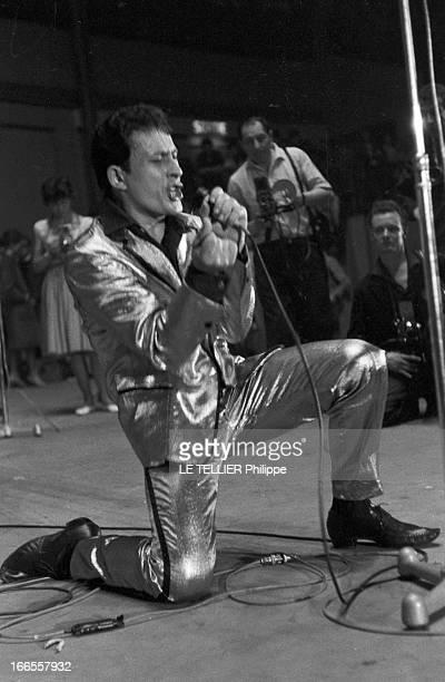 Rock'N Roll' At The Palais Des Sports A Paris lors d'un concert de Rock'n roll au Palais des sports sur scène le chanteur Rocky VOLCANO en costume de...
