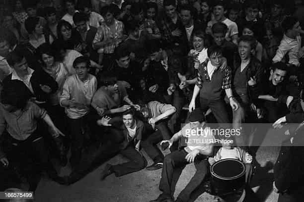 Rock'N Roll' At The Palais Des Sports A Paris lors d'un concert de Rock'n roll au Palais des sports vue en plongée de la foule des fans avec des...