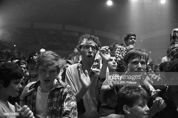 Rock'N Roll' At The Palais Des Sports A Paris lors d'un concert de Rock'n roll au Palais des sports la foule des fans avec des jeunes fans