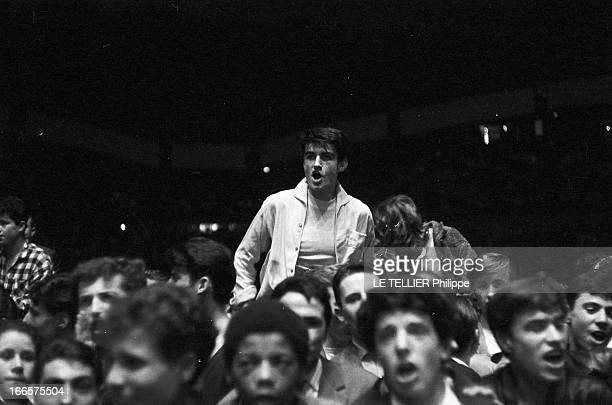 Rock'N Roll' At The Palais Des Sports A Paris lors d'un concert de Rock'n roll au Palais des sports dans la foule des fans un jeune homme debout...