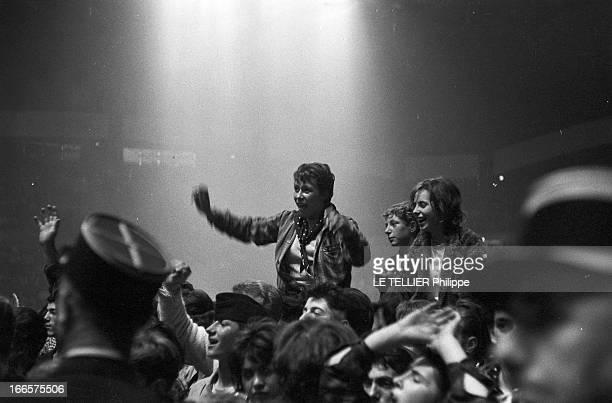Rock'N Roll' At The Palais Des Sports A Paris lors d'un concert de Rock'n roll au Palais des sports la foule des fans avec des jeunes gens...