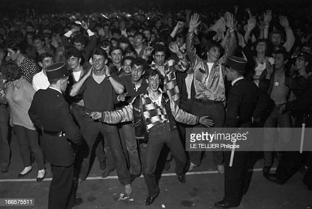 Rock'N Roll' At The Palais Des Sports A Paris lors d'un concert de Rock'n roll au Palais des sports dans la foule des fans sous la surveillance de...