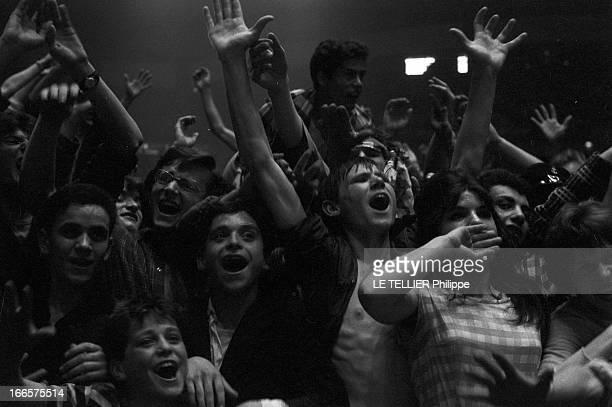 Rock'N Roll' At The Palais Des Sports A Paris lors d'un concert de Rock'n roll au Palais des sports la foule des jeunes fans cirant et levant les bras