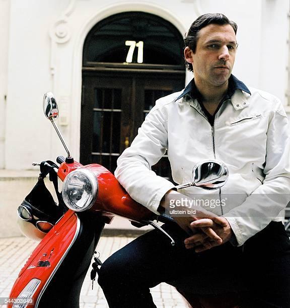 Rocko Schamoni Musiker Schriftsteller Komponist Komiker D Portraet mit Motorroller