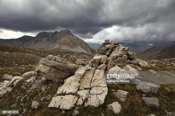 rocks and clouds - roca fotografías e imágenes de stock