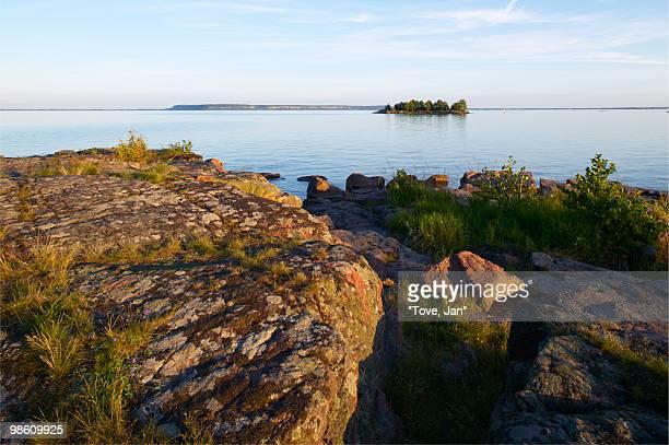 rocks by a lake, sweden. - dalsland - fotografias e filmes do acervo