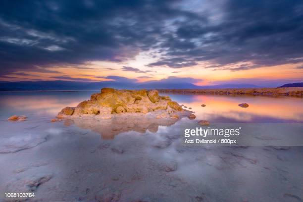 rocks in salt water at sunset - mar muerto fotografías e imágenes de stock