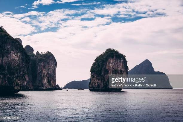 rocks of ko phi phi - spiegelung stock pictures, royalty-free photos & images