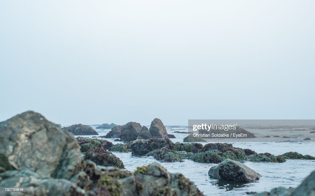 Rocks On Beach Against Foggy Sky : Stock-Foto