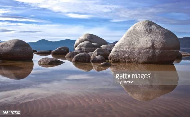 rocks on tahoe - 巨礫 ストックフォトと画像