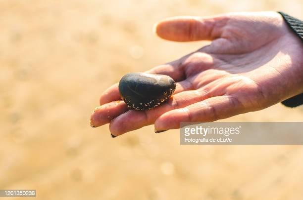 rocks rounded - alleen één mid volwassen vrouw stockfoto's en -beelden