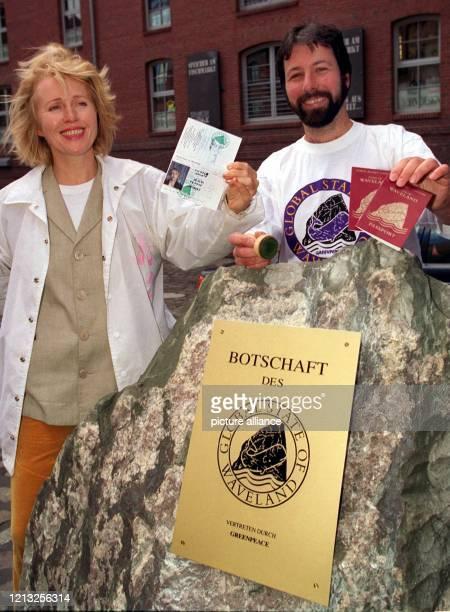 Rocksängerin Annette Humpe und GreenpeaceAktivist Michael Meyer präsentieren am 1861997 vor der Hamburger Zentrale der Umweltschutzorganisation Pässe...