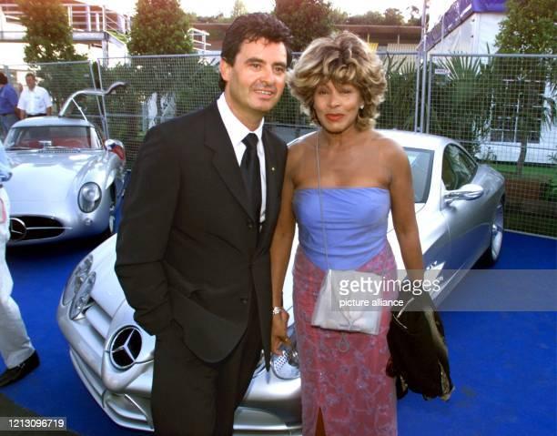 Rocksängerin Tina Turner und ihr Lebensgefährte Erwin Bach stehen am 31.7.1999 an einem Mercedes-Stand im Fahrerlager an der Rennstrecke von...