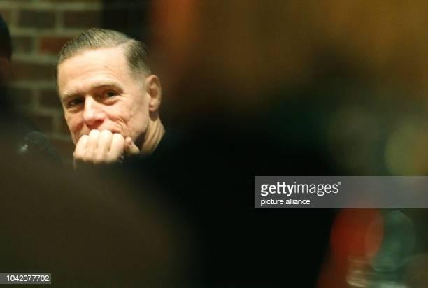 Rockstar und Fotograf Bryan Adam schaut am im NRWForum in Düsseldorf zu Gästen seiner Fotoausstellung Die Ausstellung Bryan Adam Exposed zeigt vom...