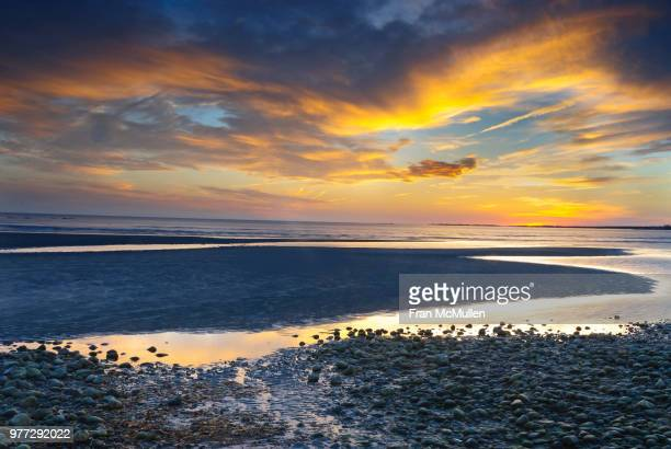 rocky beach at sunset, old saybrook, connecticut, usa - connecticut - fotografias e filmes do acervo