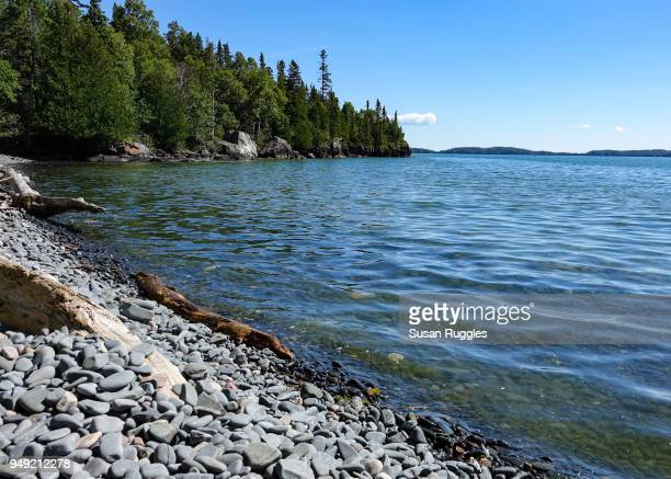 rocky beach, lake superior shoreline, sleeping giant provincial park, ontario - lake superior provincial park stock pictures, royalty-free photos & images