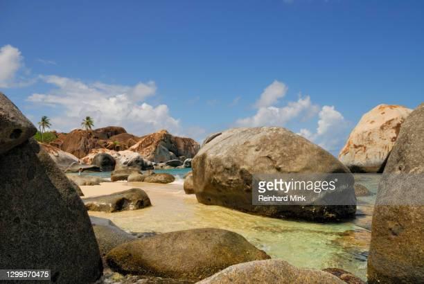 rocky beach on the british virgin islands - islas de virgin gorda fotografías e imágenes de stock