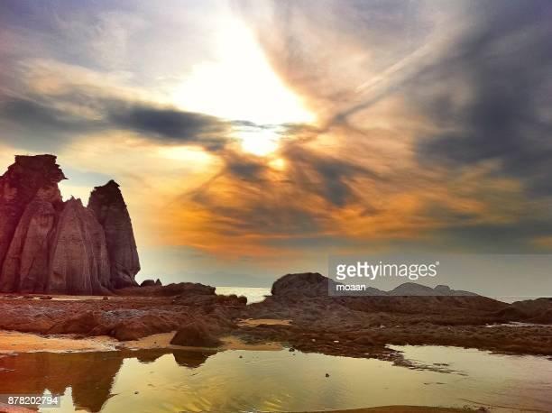 rocky beach under the sunset sky - 東北地方 ストックフォトと画像