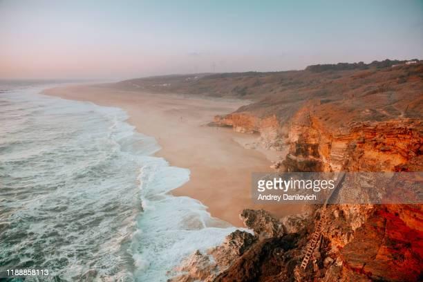 falaises rocheuses et l'océan - leiria photos et images de collection