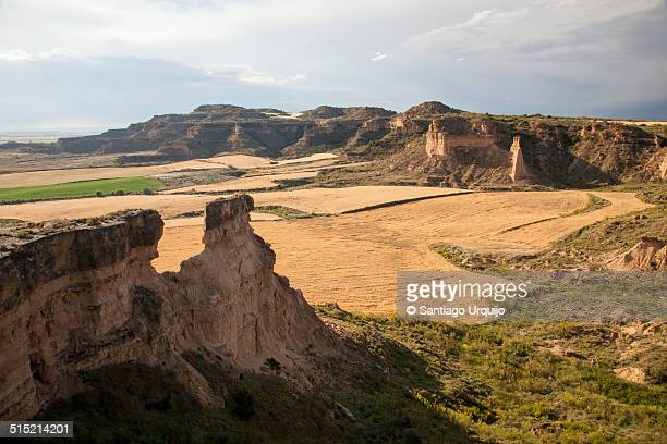 rocky cliffs in the badlands of los monegros - aragon fotografías e imágenes de stock