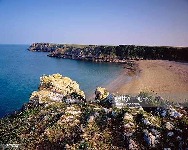 rocky cliffs overlooking ocean - south wales stock-fotos und bilder