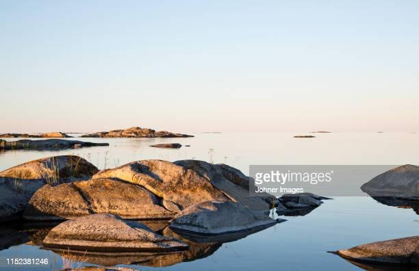 rocky coast at sunrise - arquipélago - fotografias e filmes do acervo