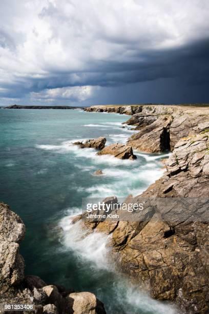 rocky coastline and sea, damgan, quiberon, brittany, france - klein foto e immagini stock