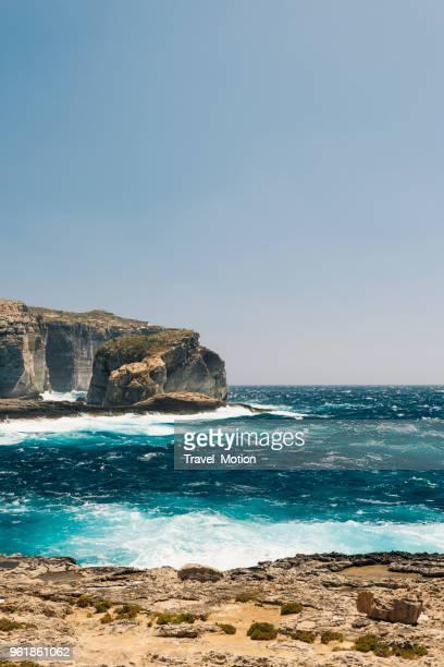felsenküste, gozo, malta - insel gozo malta stock-fotos und bilder