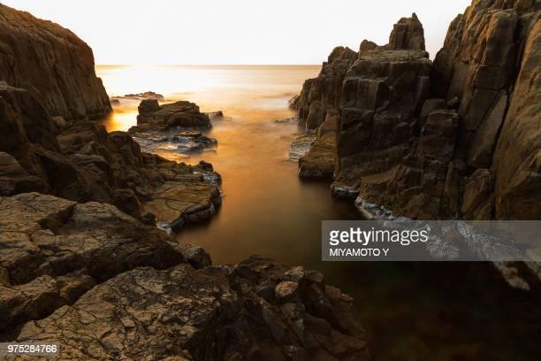 a rocky coastline. - miyamoto y ストックフォトと画像