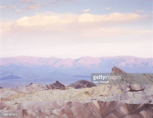 rocky desert landscape at dawn - death valley photos et images de collection