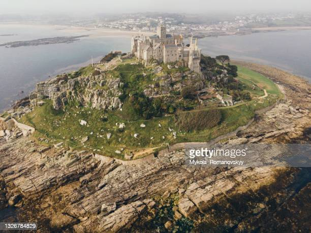rocky footpath connects st michael mountain with mainland in mount's bay, cornwall, england. june 02, 2021 - países del golfo fotografías e imágenes de stock