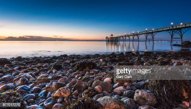 rocky highlights - clevedon pier ストックフォトと画像
