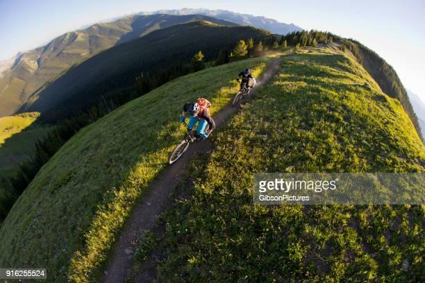 rocky mountain bike adventure - volgen activiteit stockfoto's en -beelden