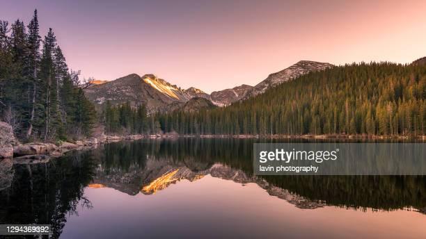 rotsachtige bergstaat park meer reflecties - colorado stockfoto's en -beelden