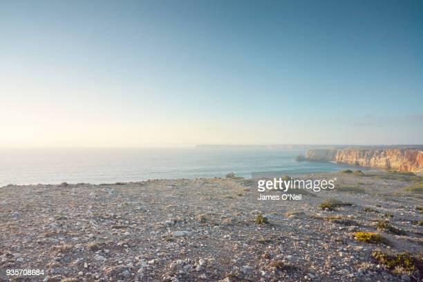 rocky plateau on top of cliff overlooking the sea - altopiano foto e immagini stock