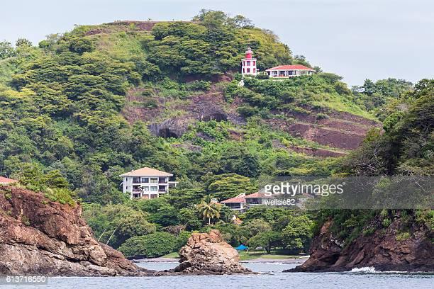 rocky shoreline of guancaste - península de nicoya fotografías e imágenes de stock