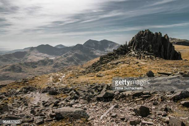 rocky summit of glyder fach, wales, uk - territorio selvaggio foto e immagini stock