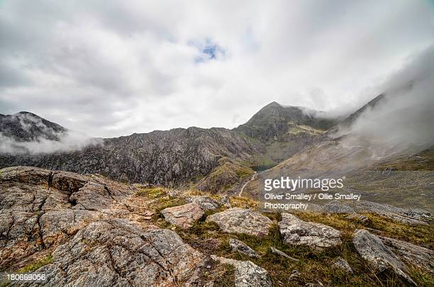 rocky view - mount snowdon as the clouds roll in - mount snowdon stock photos and pictures