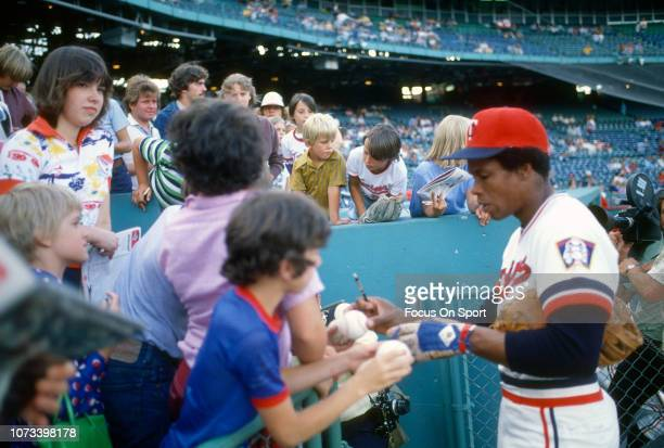 Rod Carew of the Minnesota Twins signs autographs for the fans before an Major League Baseball game circa 1976 at Metropolitan Stadium in Minneapolis...