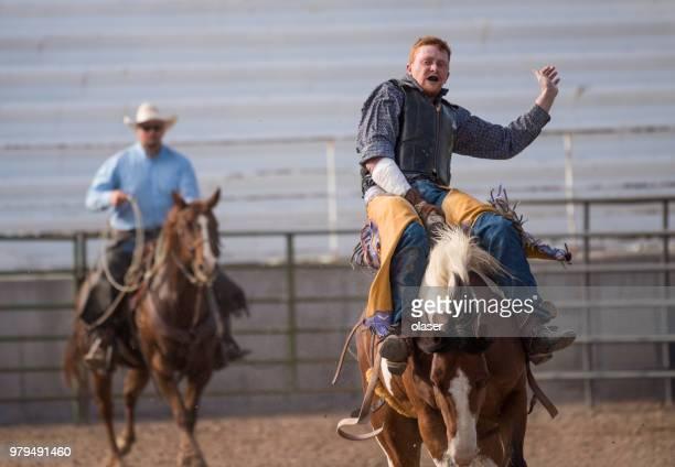 rodeo cowboy en wild paard - anti gravity stockfoto's en -beelden