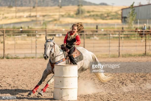 rodeo evento barrel racing - 1 woman 1 horse fotografías e imágenes de stock