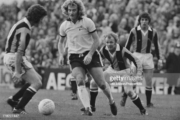 Rodney Marsh of Fulham FC pictured in centre making a run with the ball as Billy Bremner of Hull City AFC 3rd from left looks on during the League...
