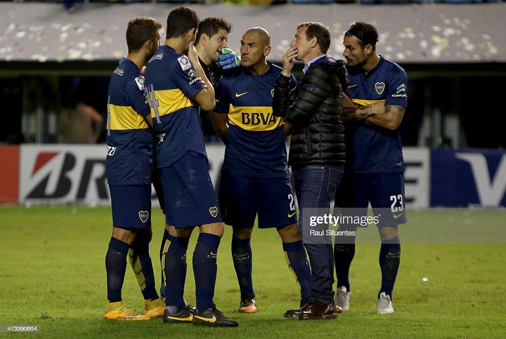 Rodolfo Arruabarrena head coach of Boca Juniors talks to his players after a second leg match between Boca Juniors and River Plate as part of round of sixteen of Copa Bridgestone Libertadores 2015 at Alberto J. Armando Stadium on May 14, 2015 in Buenos Aires, Argentina.