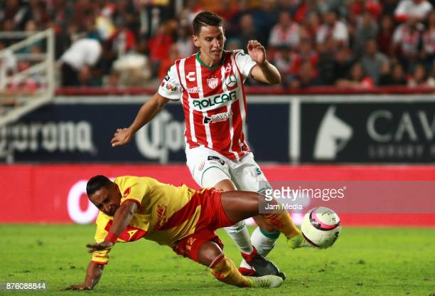 Rodolfo Vilchis of Morelia and Igor Lichnovsky of Necaxa during the 17th round match between Morelia and Necaxa as part of the Torneo Apertura 2017...